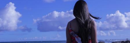 Девушка со спины в платье у моря